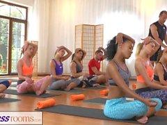 FitnessRooms Gruppen Yoga-Session endet mit einem verschwitzten Creampie