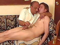 Papa met snorren wanking off een jongens pik