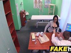Médicos de hospital falsos se extiende labios de la vulva portugués calientes