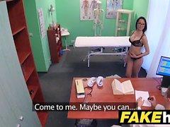 Médicos do Fake Hospital esticam lábios de bichano portugueses quentes