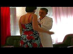 Milf med Fina nipplar behandlas av en ung läkare