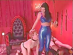 Sexy brune de maîtresse Femdom
