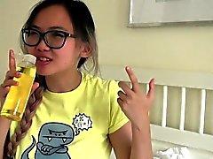 Peituda adolescente asiática adolescente fica oleada para cima massagem
