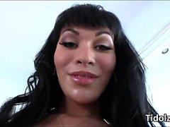 Séduisante trans de Mia d'Isabelle âne doux and play de la cock