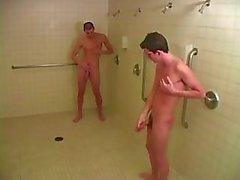 Twee geile jonge homo jongens in de douche met hete blowjob