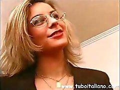 Gerente do escritório italiano recebe seus meninos para alguma porra quente