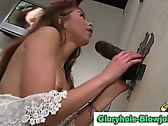 Interracial engullendo gallo gloryhole