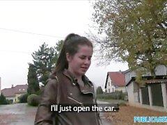 Agente Público Jovem Russo Speads Pernas Para O Dinheiro