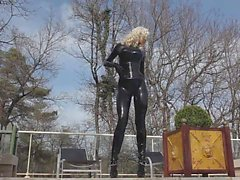 Blonda brudar latexkläder i pool 02
