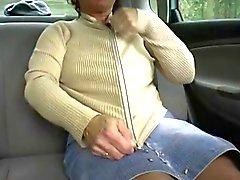Redheaden - BBW - grannyen utomhus in en bil med 2 killar