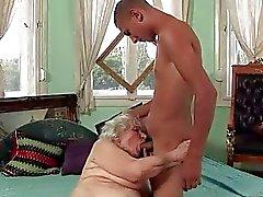 Nuorta miestä ja kiimainen Grannies Laadintamenetelmä