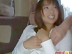 Fucks Haruka aspirées Dick dans le véhicule