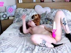 Redhead masturba ao orgasmo em sua cama