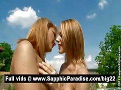 Tortilleras Blonde asombrosos dedos y lamiendo coño y que tienen del amor de lesbo en la piscina