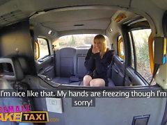 Femminile taxi falso Cornea Minx fa sesso in taxi bollente con bisexua