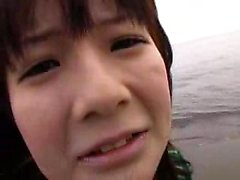 Freches japanisches Baby in Strümpfen bekommt ihren nassen Mösenfinger