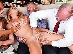Rubia adolescente Raylin Ann tomando en tres ancianos a la vez