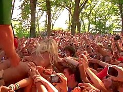 Леди Гага лизала и ощупью то время как толпой серфинга