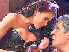 jolie maîtresse aux gros seins domine sur mari triche