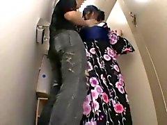 adolescentes tímida jodida por los intrusos de una cuarto