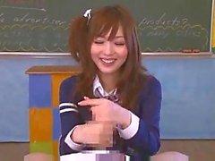 Écolière japonaise donne Main