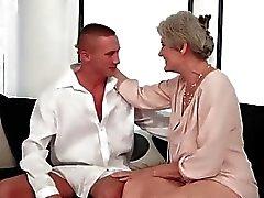 Busty mummi saavat kuumaa seksiä hänen nuori rakkaus