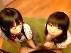 Schoolgirl som kompisar Aktie en kuk