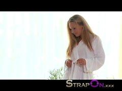 StrapOn Hot gençlerin bir İspanyol bebek bir kara bir alet giyiyor lesbian sıcak küveti tesislerine berbat