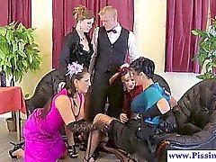 Four amants piss de glam et leur maître d'hôtel