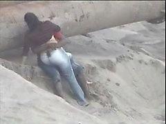Latino пары поймала на берегу