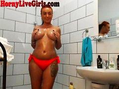 Big Titty Webcam Slut soittaa suihkussa