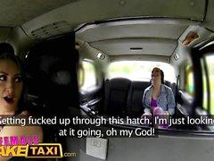 Feminino Fake Taxi Sexy lésbica diversão com brinquedos no táxi britânico
