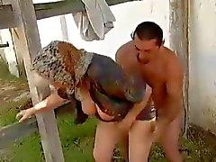 De 2 avós agrícola seduzidos pela jovem de