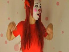 Amatör clown chick teases med stora kanna på webkamera