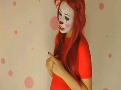 Amateur Clown Küken neckt mit großen Krügen auf der Webcam