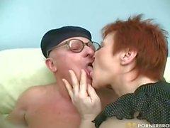 La abuela y la abuela tienen sexo con un Pareja morena