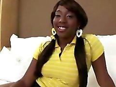 Sassy adolescente negro chupa polla blanca y obtiene su coño golpeó
