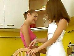 Bonito jovens lésbicas na cozinha