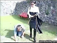 Oudere kerel wordt getraind als een hond part2