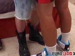 Hårig euro twink blir knullad missionär stil på sängen