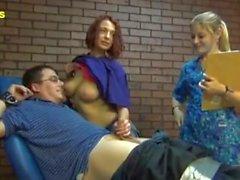 Infirmière et stagiaire Donnez à Max un test de chatouillement