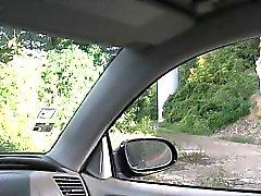 Folla rubias Checo colocadas encima del capó