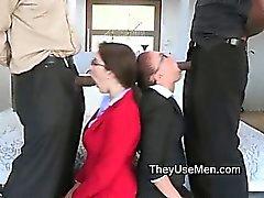 Büyük bir siyah bir horoz için heyecan beyaz kadınlara