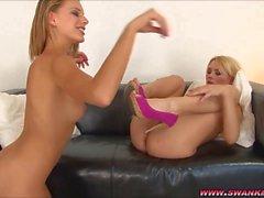Две лесбиянки блондинки едят киска друг друга
