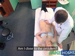Falska Hospital blyga patient med blötläggning våt fitta spruta