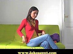 FakeAgent il divertimento dûm e pieno di sperma sexy del brunette