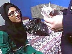 Bastante gal árabe chupar una gran polla en Inglés de una habitación