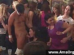 Partij meisjes op een zeer groot feest om de beurt zuigen strippers pik