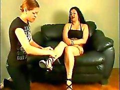 Brunette met een rook krijgt haar vuile voeten likte en zoog