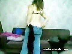Siro arabo ragazza musulmano succhiare il un piccolo di cinque pollici asiatici arabo Allungamento del pene
